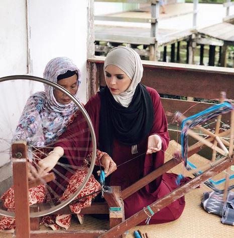 Cerita Haru Desainer Vivi Zubedi dan Perajin Kain di Kalsel